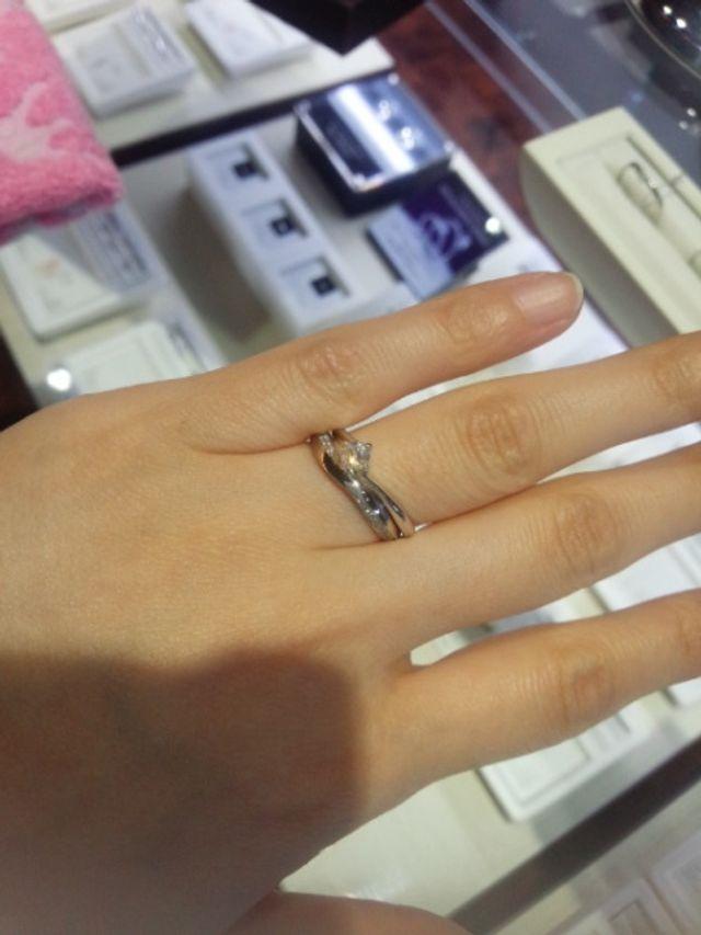 婚約指輪と重ね着けをイメージして