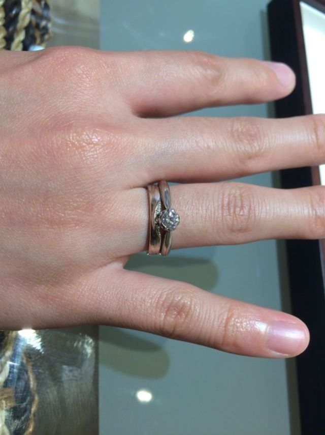 婚約指輪との重ねづけを意識して