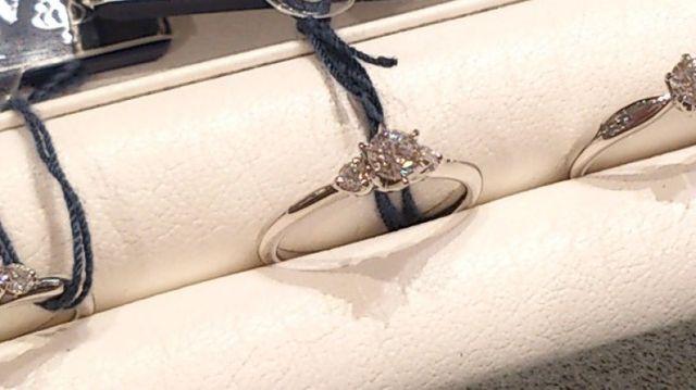 中央のダイヤの横に、1石ずつメレダイヤセッティング。