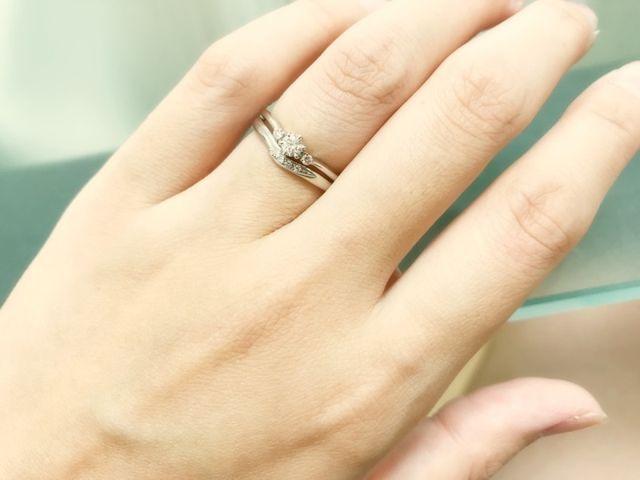 重ね付けするとこんな感じです。ちなみに結婚指輪は別ブランド。
