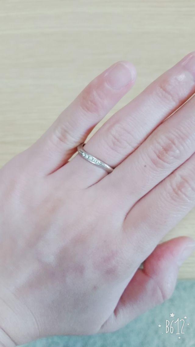 小さいダイヤが5石さりげない感じでオシャレ。