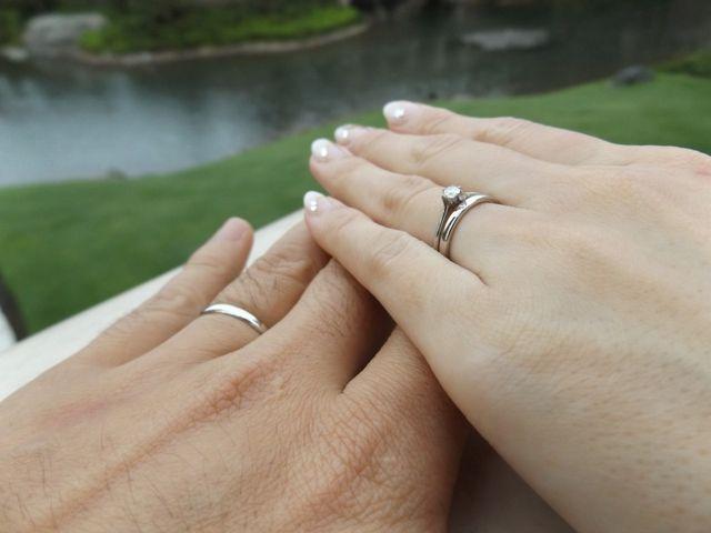 夫と同じデザインに、私は一粒ダイヤが埋め込まれています。