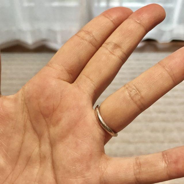 手のひら側はスッキリした形状。回ってこっちが外側に出ても◎