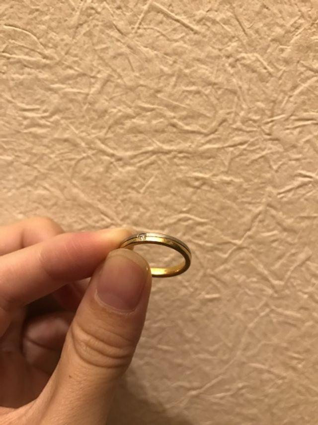 プラチナとゴールドで、ダイヤモンドが一つついています。