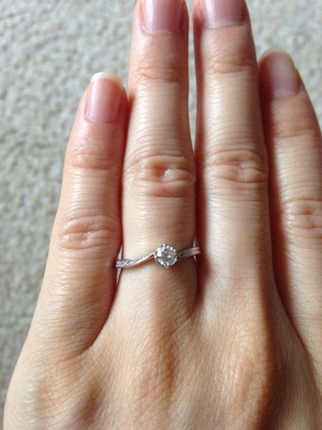 片脇にのみ埋め込まれたダイヤが美しいです☆