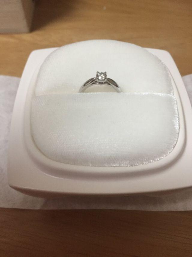専用の陶器ケースに入った婚約指輪です。