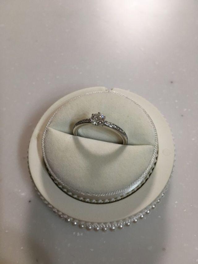 立て爪の左右に細かくダイヤが入っているデザインです