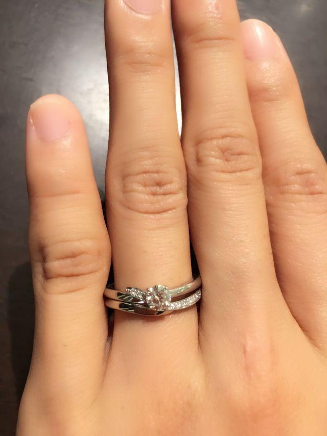 結婚指輪と重ねづけすると、ダイヤが繋がってとても綺麗です。