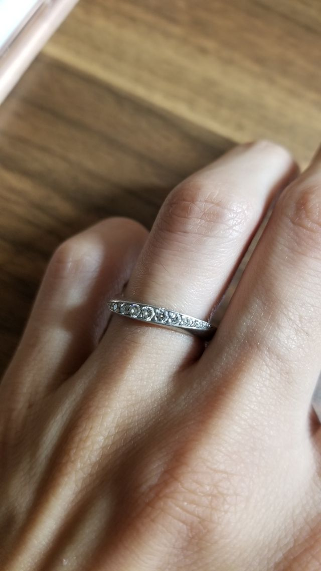 指にはめるとこんな感じで、ダイヤのキラキラが目立ちます。