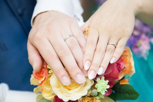 二人で探したお気に入りの指輪で結婚式にて撮りました。