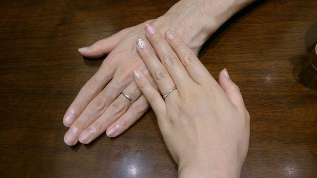 小指側のメレダイヤの位置に、男性用は艶消し加工です。