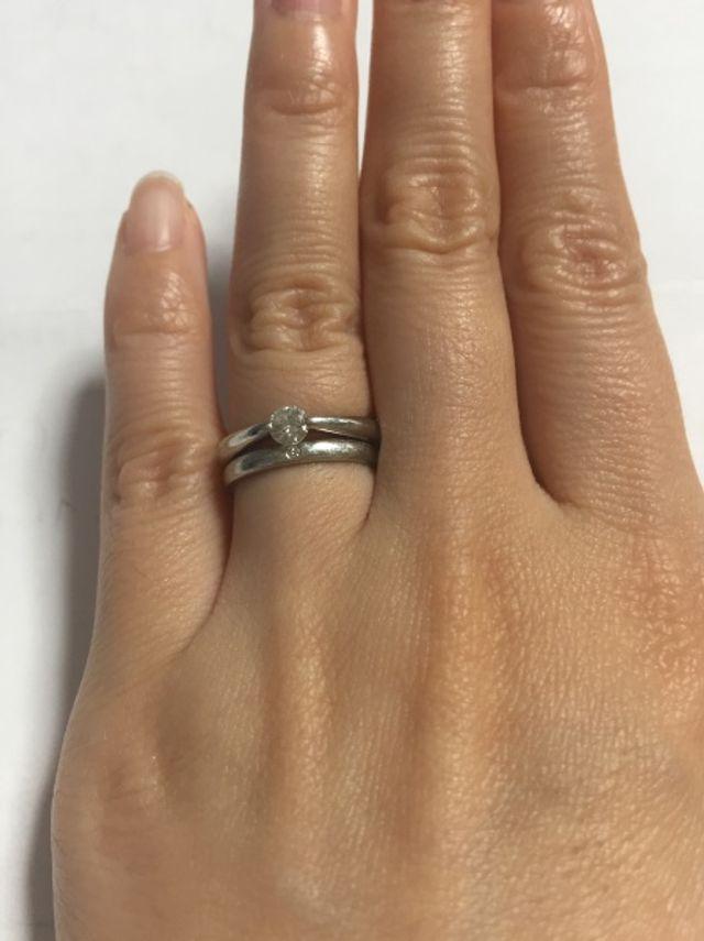 結婚指輪とペアで着けて楽しめます。