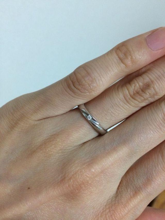 小さいダイヤがついているシンプルなデザインです。