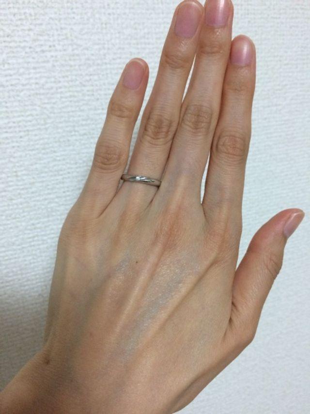 細い指輪なので、指が綺麗に見えると思います。