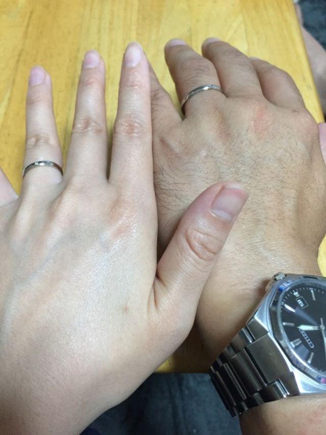 シンプルで丸みのある、細身の結婚指輪
