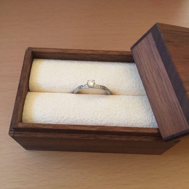 婚約指輪が箱に入った状態です。