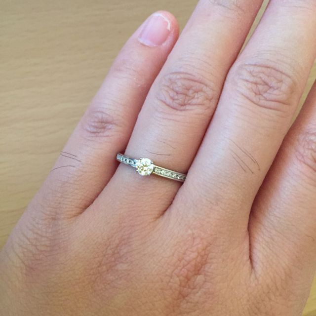 指輪をはめた状態です。(左手ですみません)
