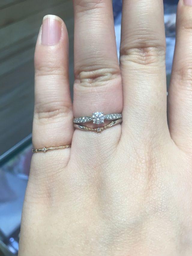 婚約指輪と合わせた時に、ネックレスのように見えて可愛い