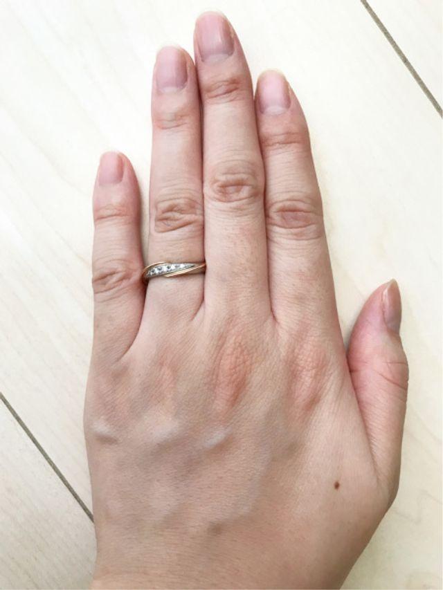 5粒のダイヤが綺麗です。男性用はダイヤ無しでした。