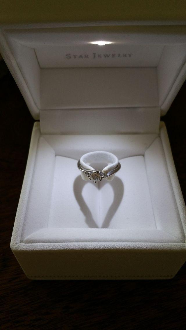 中心のダイヤとサイドにメレダイヤが1石ずつ