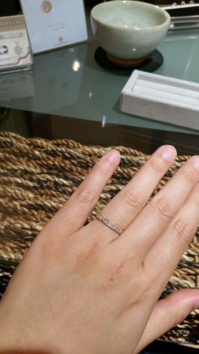 木目調の素材にダイヤを埋め込んでいるデザイン