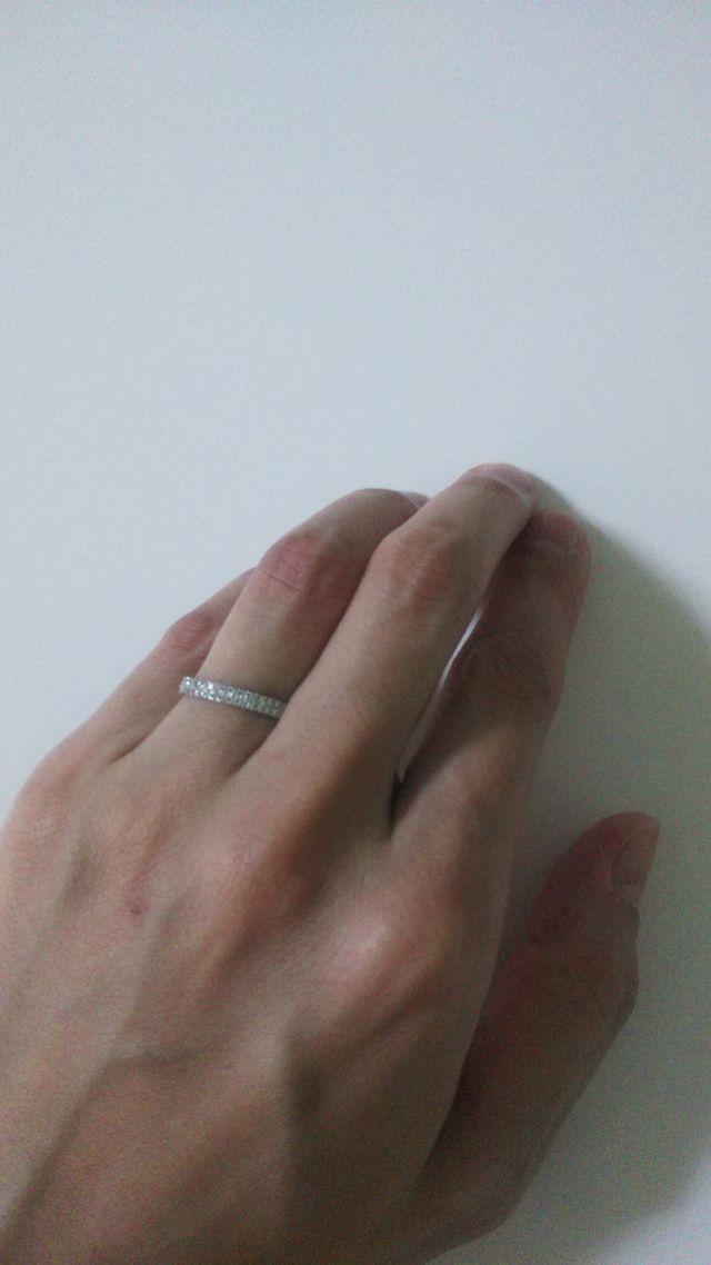 円の半分にダイヤが付いているシンプルなデザインです。