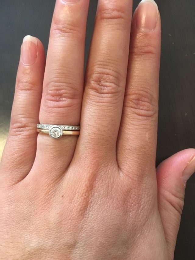 結婚指輪と一緒につけると華やかになります。