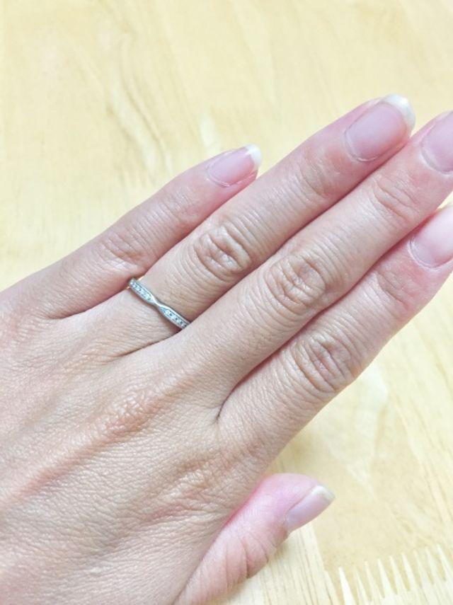 リボンのような形をしていて、ダイヤが5個ずつ並んでいます。