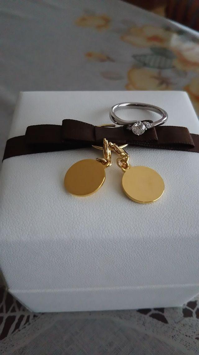 金色のチャームには新郎新婦のイニシャルが刻印されます