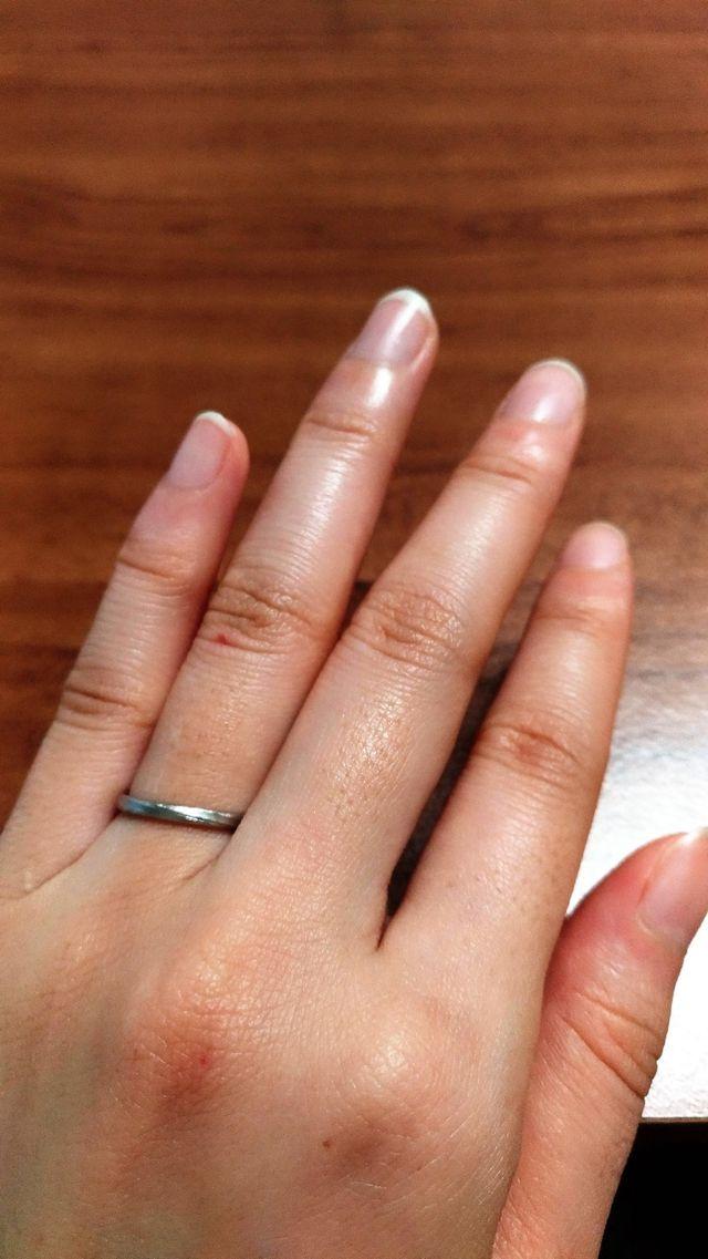 細身の指輪なのでさりげない感じです。