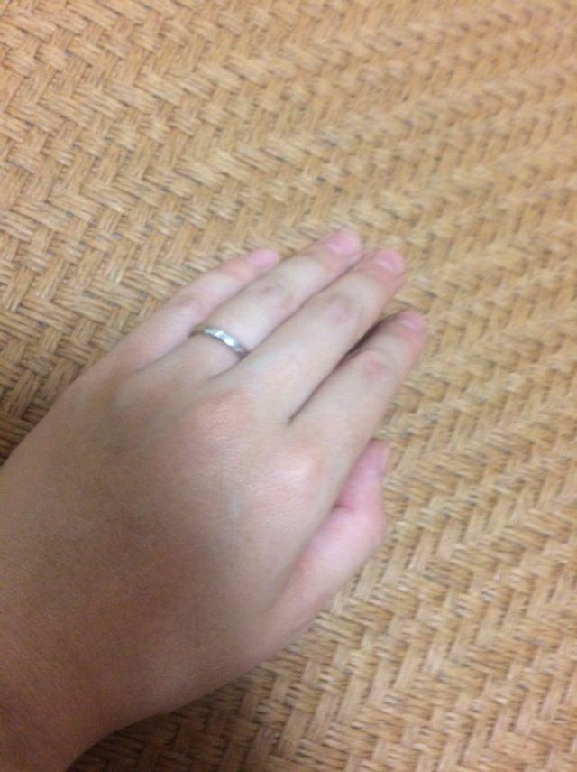結婚指輪です。事前にネットで気になって店舗で試着しました。