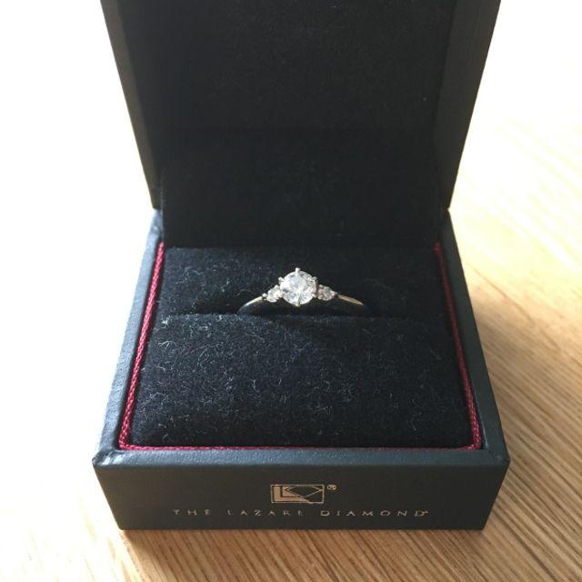 ダイヤが3つついた婚約指輪です。