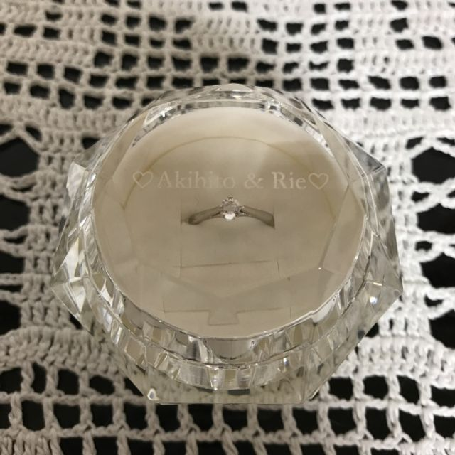 期間限定のガラス製のリングBOX。名前の刻印もサービス。