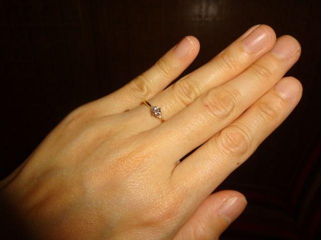 真ん中のダイヤの横に小さなダイヤが2つ付いています♪