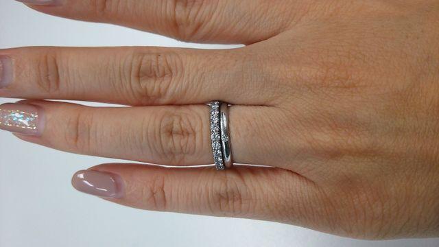 エタニティが婚約指輪、下のシンプルな一粒ダイヤは結婚指輪