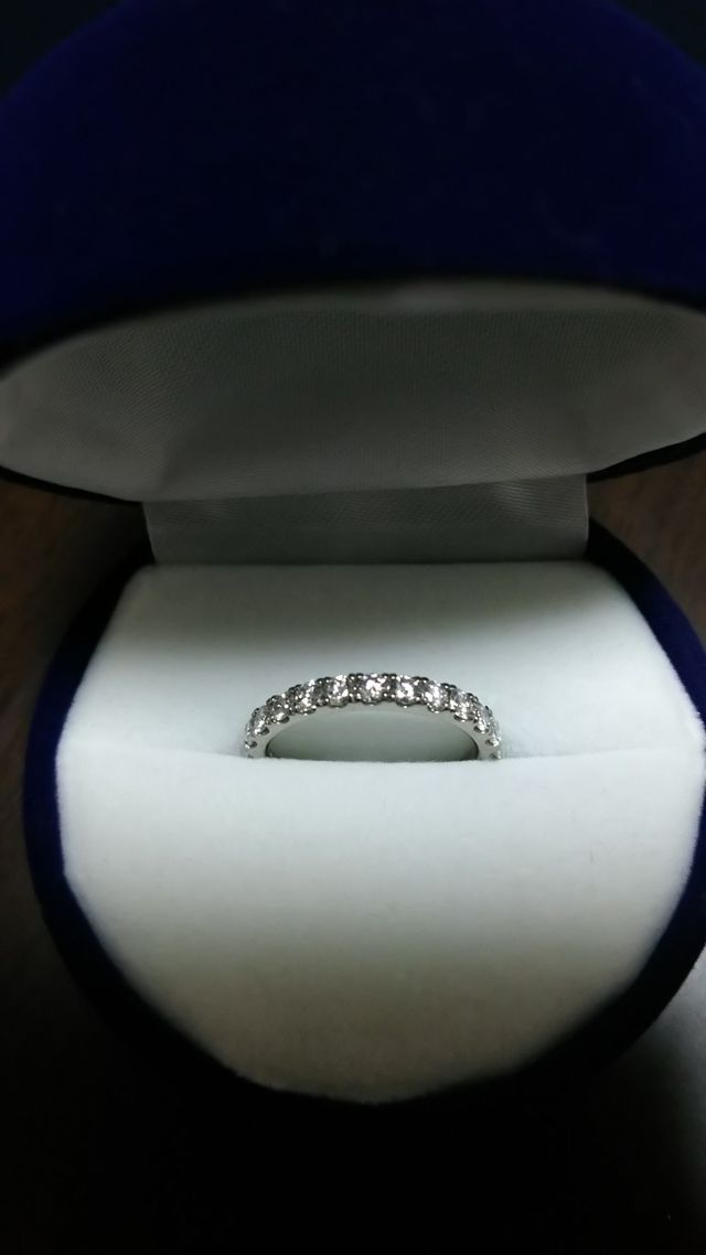 こちらは婚約指輪。