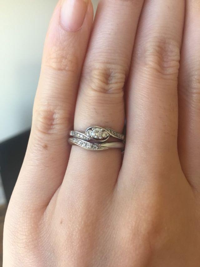 婚約指輪と重ねて付けると、こんな風に見えます。