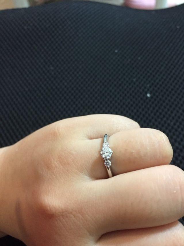 0.34カラット。一粒石の脇に小さいダイヤがついてます。
