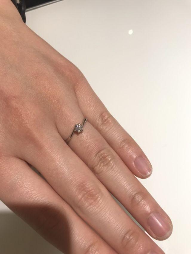 婚約指輪です。このデザイン買いました。
