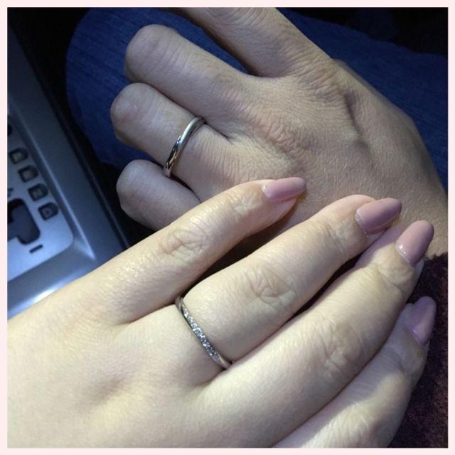 らせん状にダイヤモンドが埋め込まれているデザインです。