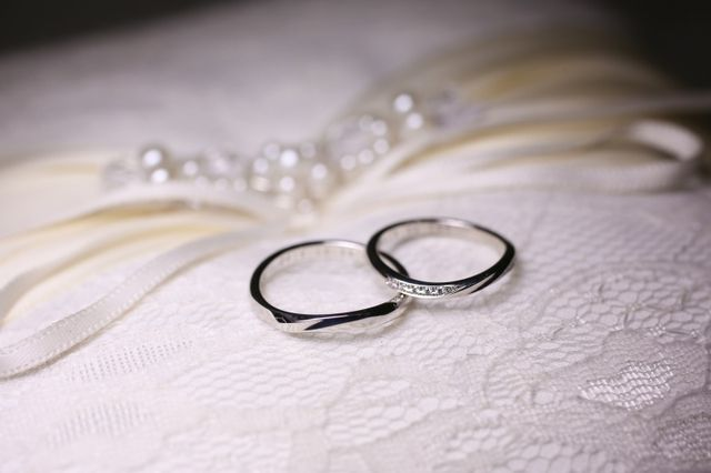 結婚式のリングピローと撮ってもらいました