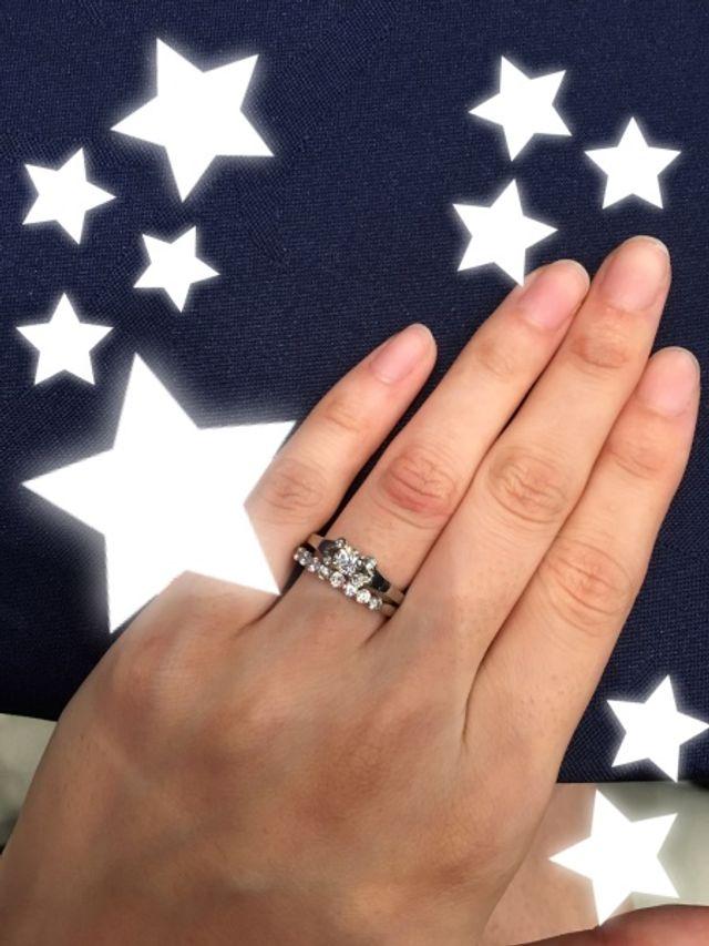 上のリングが婚約指輪です