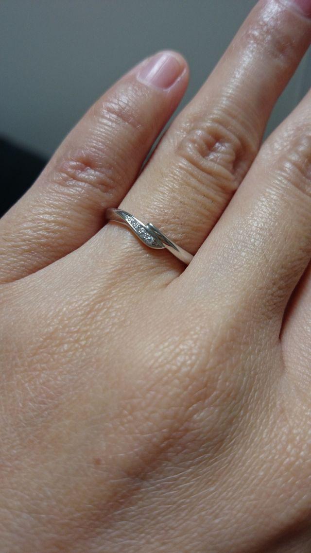 女性用はダイヤモンドが4つ並んだデザイン