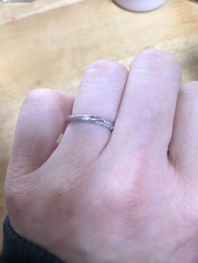 結婚指輪。正面上下のサイドにもダイヤが散りばめられている