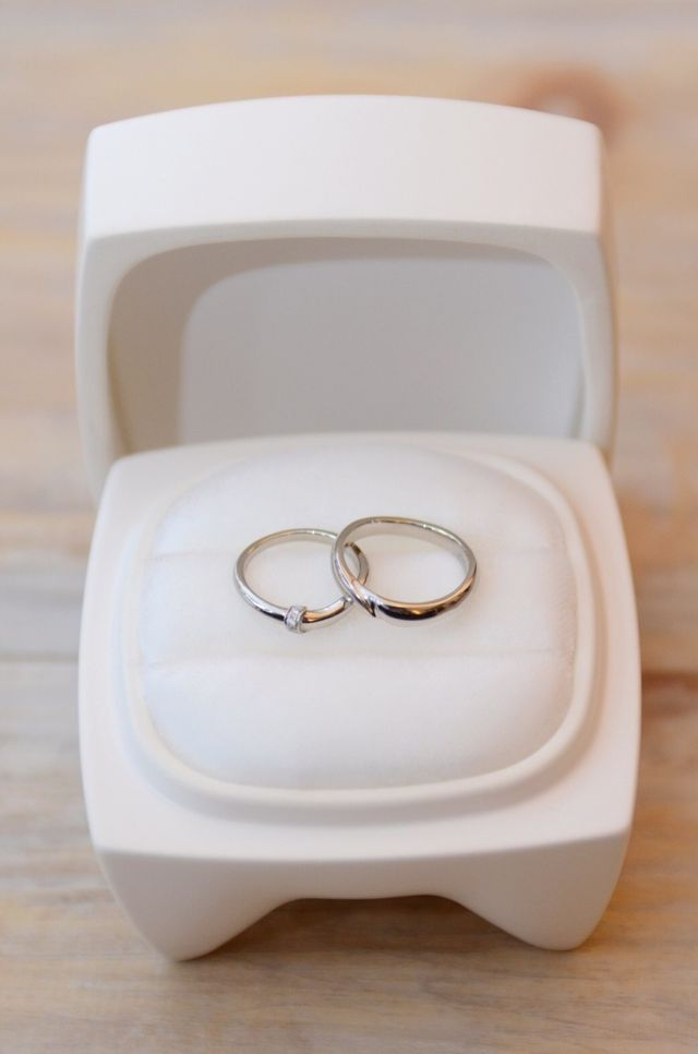 セットの指輪と入れ物の陶器