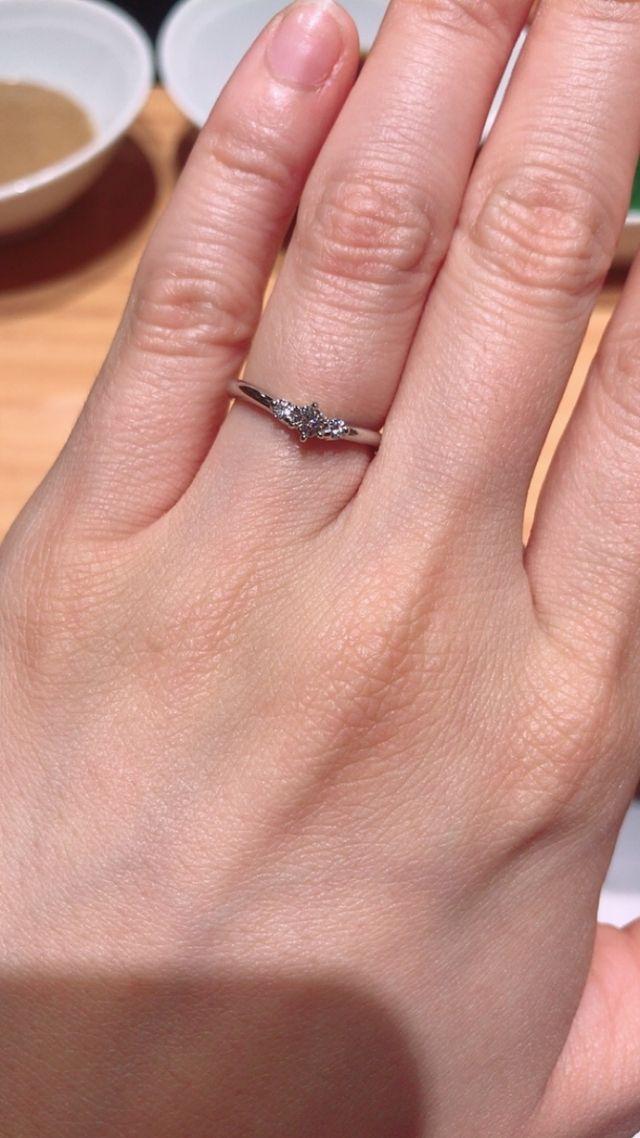 婚約指輪兼結婚指輪です。緩やかなV字で指が細っそり見えます。