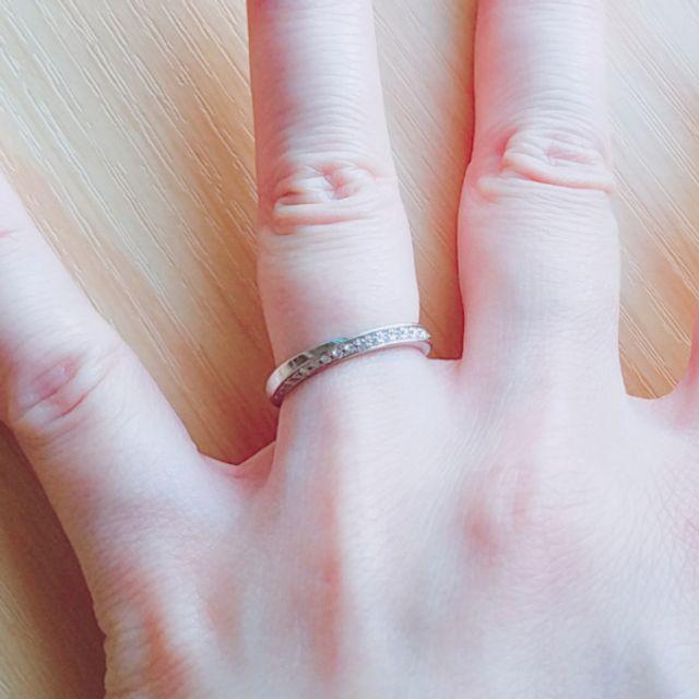 ダイヤモンドが下向きになるように嵌めた状態です。