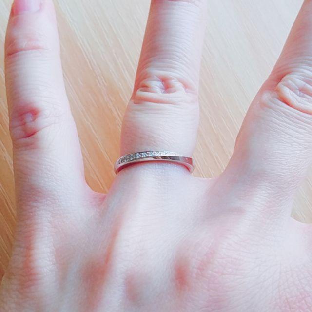 ダイヤモンドが上向きになるように嵌めた状態です。
