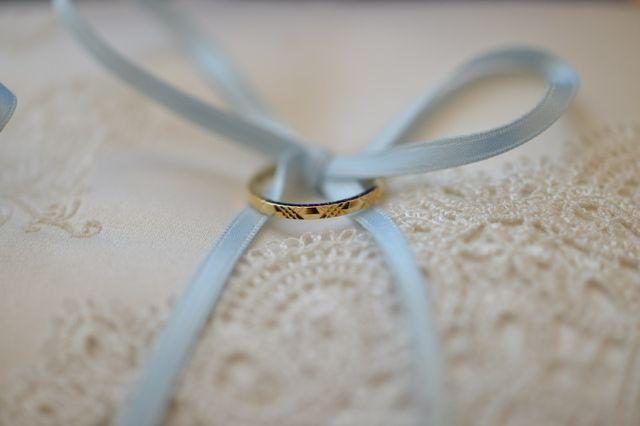 婚約指輪とセットで着けれるようシンプルなものにしました。