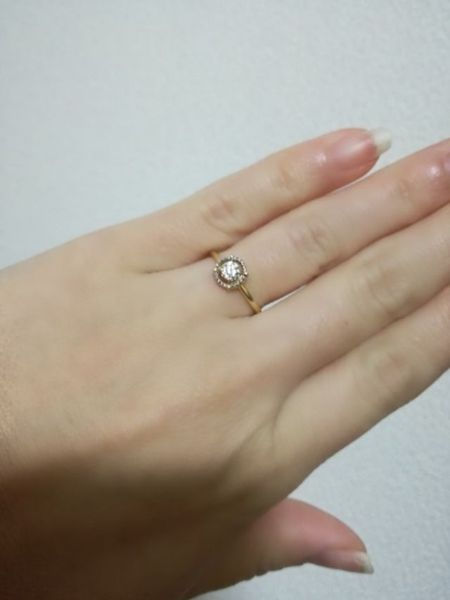 中央のダイヤモンドを囲む、ダイヤのサークルが素敵